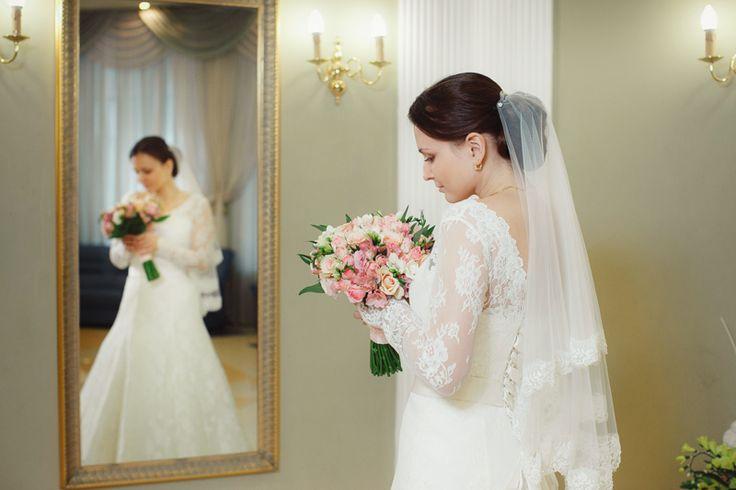 Этот кадр был сделан в Таганском ЗАГСе, за несколько минут до церемонии, невероятно красивая невеста Ирина.