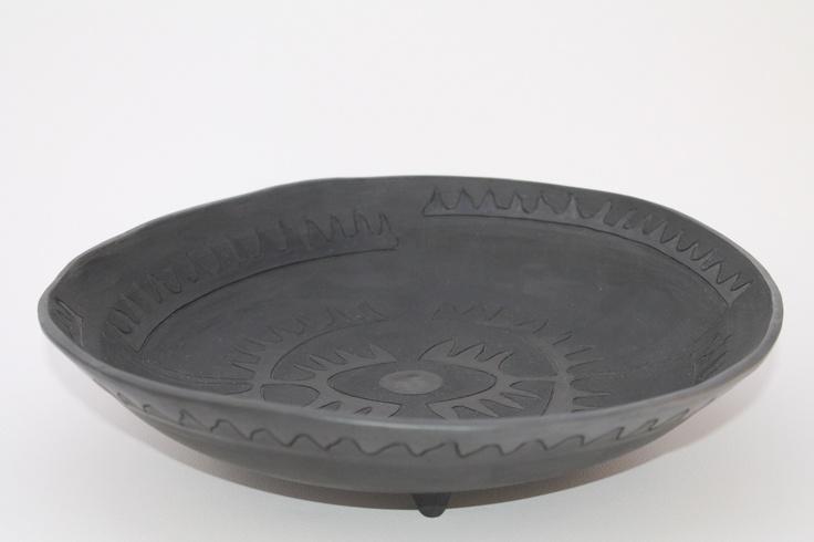 Centrotavola in bucchero, un tipo di ceramica caratterizzata dalla integrale monocromia nera.