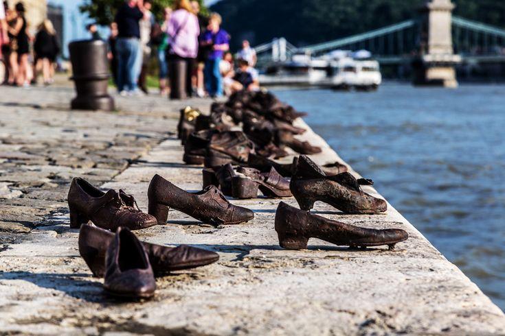 The Shoes On The Danube Bank, Budapeşte, Macaristan  2005'te Tuna Nehri'nin kenarında yerini alan demirden yapılma 60 çift ayakkabı heykeli, soykırım konusu üzerine bir kez daha düşünmenizi sağlıyor.