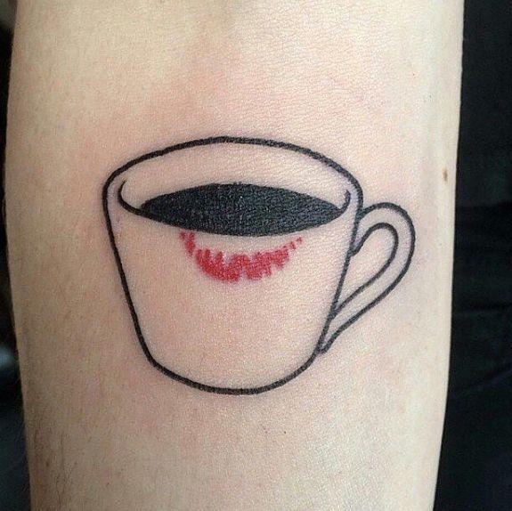 Todo lo que necesitas es café y labial. | 26 Delicados tatuajes que te vas a querer hacer si amas el café