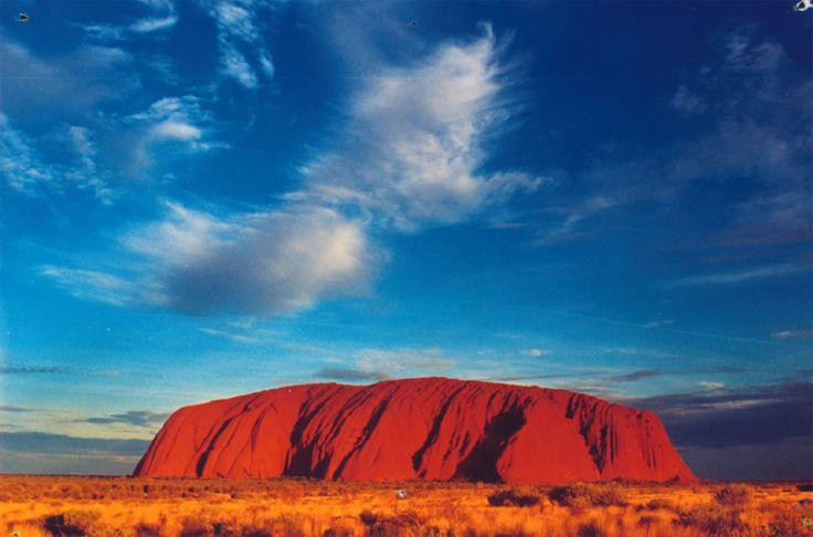 Uluru dikenal juga sebagai Ayers Rock adalah sebuah formasi batu berukuran besar di Taman Nasional Uluru-Kata Tjuta. Sekitar 350 km di barat daya kota Alice Springs, Northern Territory, Australia. Uluru adalah benda keramat bagi para Aborigin dengan banyak mata air, gua, dan lukisan primitif. http://kemanaajaboleeh.com/2015/02/destinasi-wisata-tercantik-di-dunia-versi-buzzfeed/