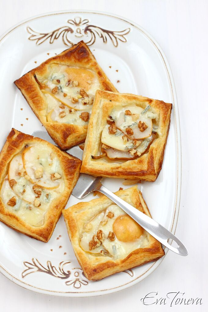 Puff pastry with gorgonzola and pear