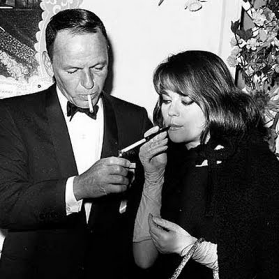 Imagenes del celuloide: Natalie Wood: Nikolaevna Zakharenko, Hollywood Woman, Natalia Nikolaeva, Movie Stars, Nataliewood, Celebrity Smokers, People Smoke, Natalie Wood, Frank Sinatra