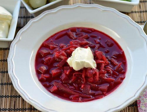 Vegetarisk rödbetssoppa - Borsjtj utan kött. Fyllig, billig, enkel och god rysk rödbetssoppa - en rysk klassiker både med och utan kött.