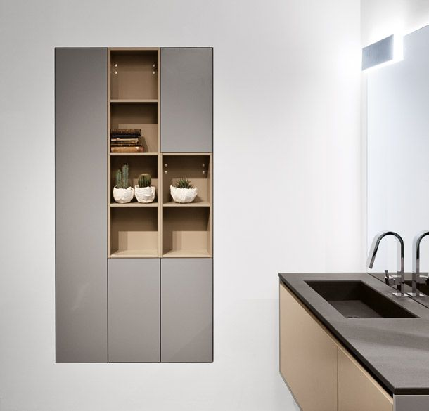 Arredo bagno dal design raffinato, ad esaltare l'essenza delle linee semplici. Pensata per un bagno estremamente personalizzabile attraverso oggetti coordinati e rivestimenti che riprendono le finiture degli arredi.