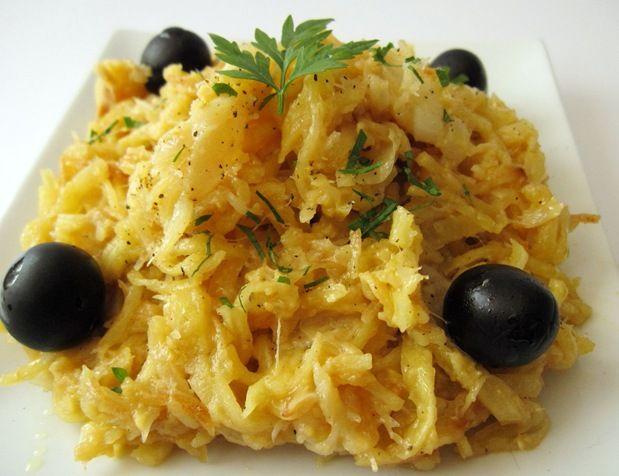 BACALHAU À BRAZ              Ingredientes:    250g de bacalhau desfiado e demolhado   450g de batatas palha   150g de cebola   3 dentes de...