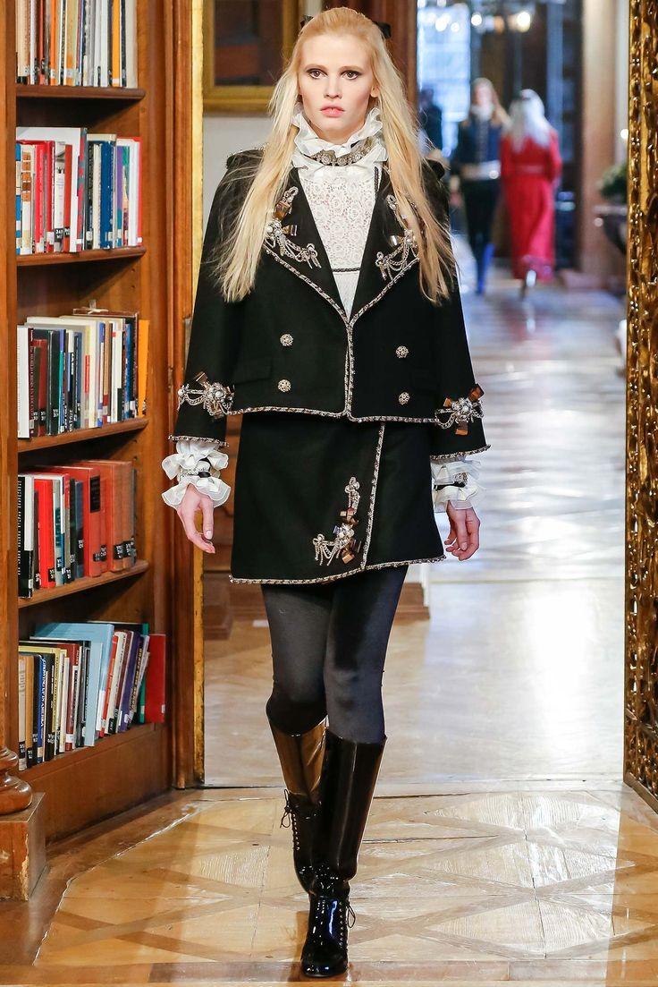 Chanel Pre-Fall 2015 Fashion Show - Lara Stone