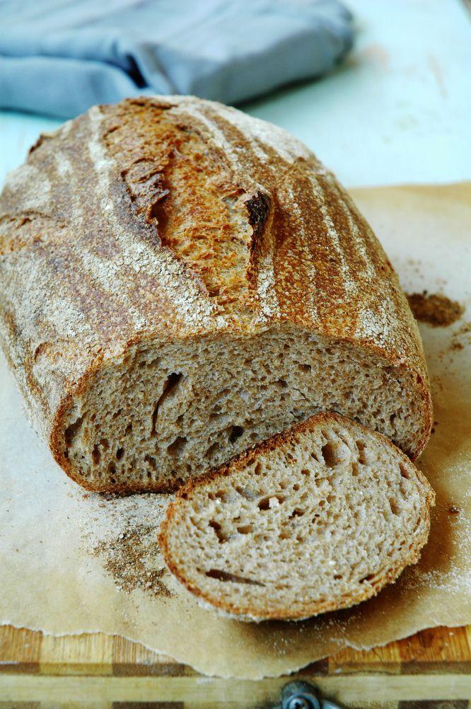 В качестве иллюстрации к предыдущей статье испекла этот чудесный хлеб. Это 100% цельнозерновой из домашней пшеничной муки, на бакферменте Sekowa. Интересно в нем то, что расстаивался он в холодльнике, притом, что тесто на факферменте приняно выбраживать и расстаивать при температуре близкой к 30 градусам.