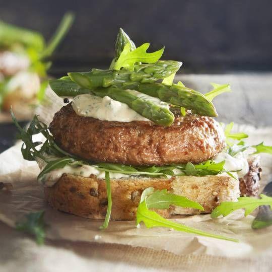 Probeer deze eens als lunchgerecht. Recept - Sandwichburger met ansjovissaus en groene asperges - Boodschappenmagazine