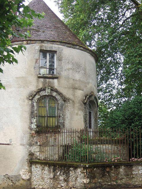 thelittlefrenchbullblog:  (via Gatehouse, Champagne Region, France 2006   Flickr - Photo Sharing!)