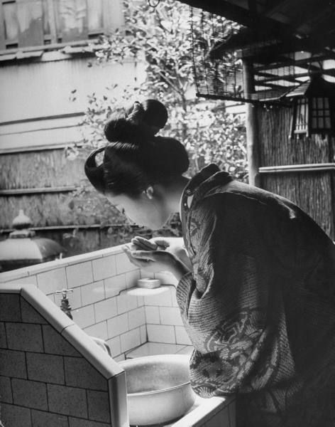 vintage everyday: Vintage Photos of a Geisha's World in Kyoto, Japan in 1946