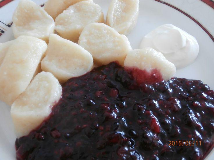 Sladké hlavní jídlo. Knedlíky připravené z jogurtu a ovocná omáčka k tomu. Autor: siesta