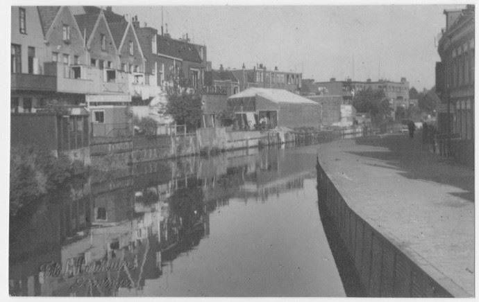 Het Boterdiep met de achterzijde van de Nieuwe Ebbingestraat en de Rodeweg gezien naar het noorden rond 1925 - Foto's SERC