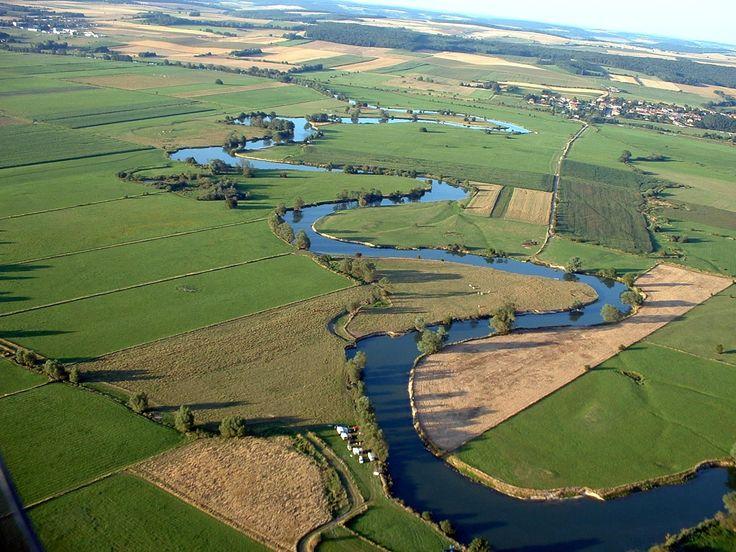 La #Meuse vue du ciel. La #Meuse est un #Fleuve malicieux qui serpente doucement à travers les prairies du Nord au Sud du Département. Crédit photo : CDT Meuse