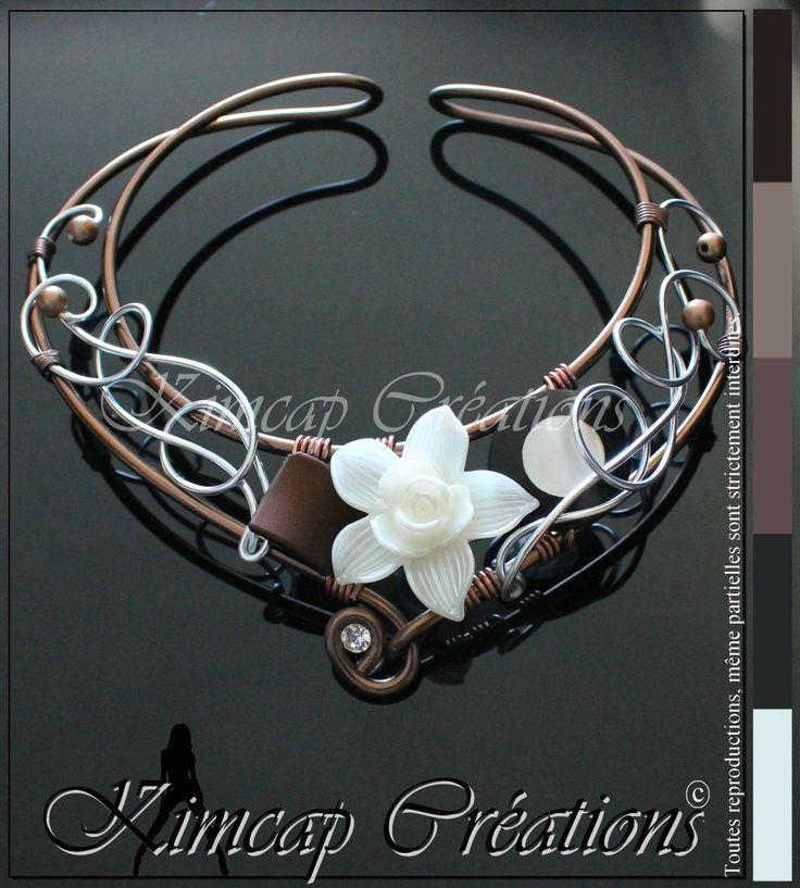 KM265 Collier fil aluminium marron, fleur acrylique blanc nacré : Collier par kimcap-creations