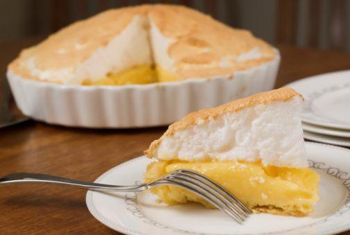 E se siete alla ricerca di un dolce adatto a questo periodo l'avete trovato, a patto però che vi piacciano i dolci al limone: la torta meringata al limone. Una simil crostata perfetta per le temper...