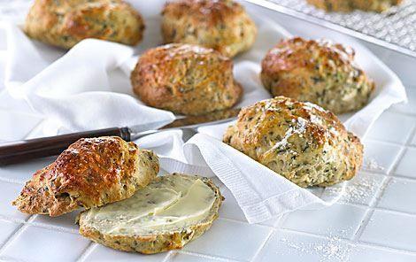 Spinat og hytteost i dejen giver bollerne herlig smag og friskhed. Server dem som mellemmåltid eller put dem i madpakken.