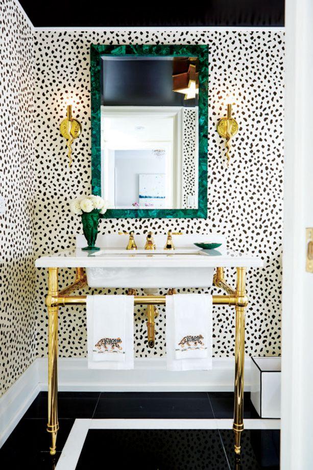Décoration: motif léopard et meuble lavabo doré dans la salle de bains | Décormag