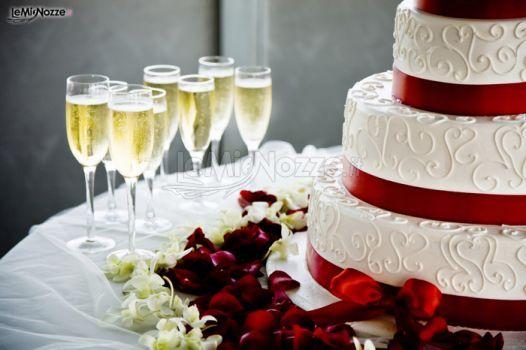 http://www.lemienozze.it/gallerie/torte-nuziali-foto/img31130.html Torta nuziale bianca e rossa con lo spumante