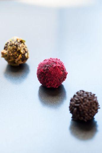 Selbstgemachte Schokoladentrüffel in drei Variationen: mit Pistazien, getrockneten Himbeeren und Schokoladenstreuseln #Pralinen #Schokolade #Valentinstag
