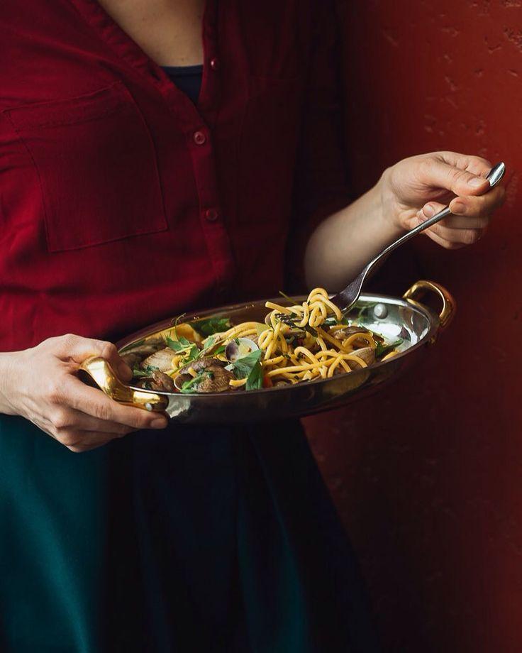 Помню спагетти с моллюсками вонголе в страшненьком но очень вкусном ресторанчике на задворках в Палермо. И спагетти с вонголе в Стрезе у берега озера Маджиоре.  А тут сейчас в @italygroup идет акция с мидиями устрицами и вонголе какого-то нереального качества и мы бросились в ресторан Итали чтобы снова вспомнить этот вкус и впечатления итальянский гастрономический экстаз. Успех спагетти с вонголе в том чтобы был соус из сливочного и оливкового масла много чеснока ароматных трав много соли. И…