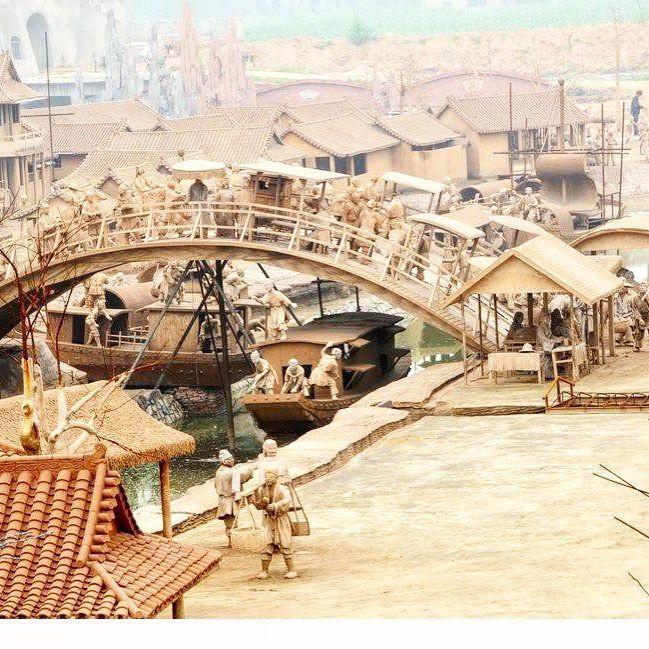 В городе Таншань провинции Хебей с недавнего времени появилась достопримечательность – парк глиняных скульптур, целый глиняный городок. Глиняные дома, рыбацкие лодки, животные, крестьяне с повозками, торговцы в уличных лавках, горожане и чиновники – в парке насчитывается несколько тысяч скульптур. Все фигуры, будь то люди, лошади или строения, выполнены в пропорции 2/3 от натуральной величины. Автором стал современный скульптор Цинь Шипин.