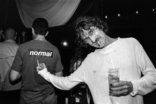 """""""Los ángeles de Charly"""" es la muestra que pone al rockero argentino en el pedestal de lo cotidiano (Foto de Nora Lezano: 21 de octubre del año 2000)"""