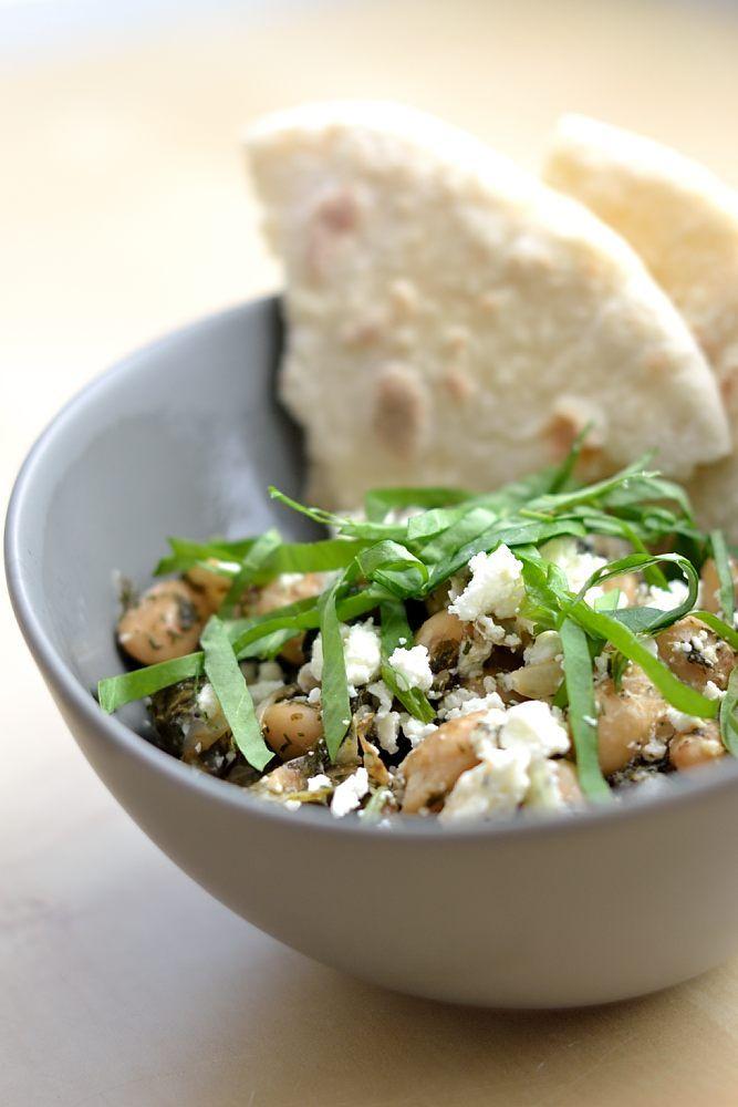 Gebratene weiße Bohnen mit Feta, Sauerampfer und Sumach. Viel frische Kräuter und eine wunderbare Kombination von Aromen aus verschiedenen Orten der Welt - ein Gericht ganz wie man es von Ottlenghi kennt.
