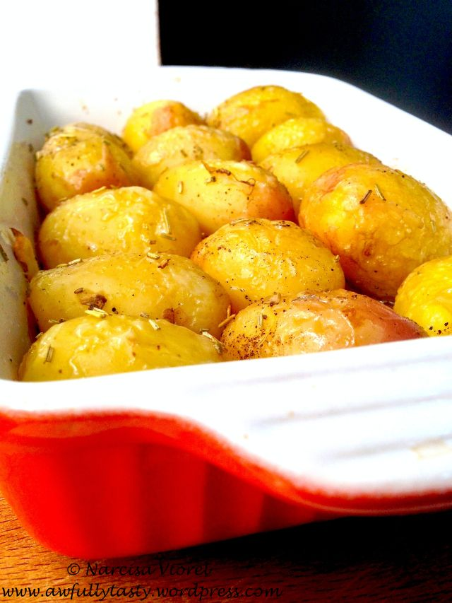 Roasted potatoes with rosemary and pork lard. Cartofi copti cu rozmarin si untura.