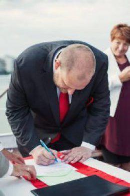 Polgári esküvőn a vőlegény aláírása (fotó: Jámbor Zsófi)