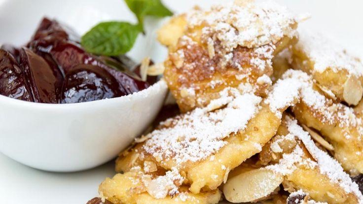 Kaiserschmarren ricetta, frittella dolce con zucchero a velo marmellata uvetta