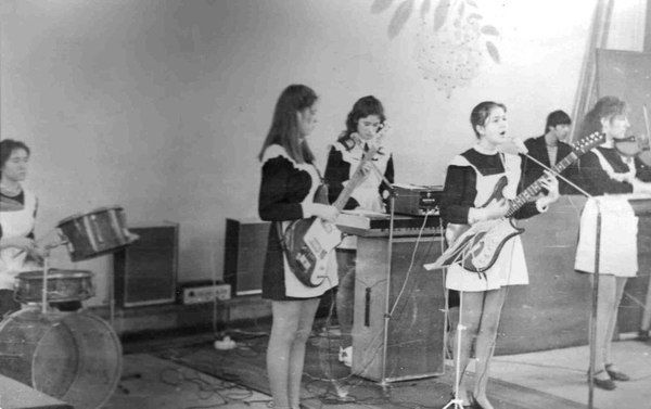 В каморке, что за актовым залом, репетировал школьный ансамбль.(с)