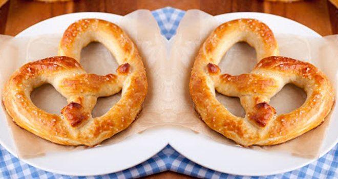 Prepara unos pretzels caseros diferentes, pero muy deliciosos. Te recomendamos esta receta para hacer en casa. Es muy sencilla y a tus hijos les encantará.