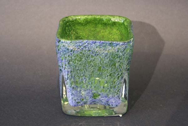 Vase   Benny Motzfeldt, Ransfjord  Munnblåst. Grønn og blålig med klar krystall overfangsteknikk med innlagte luftbobler 30.jpg (600×404)
