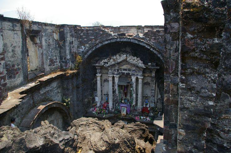 La capilla sepultada por el Volcán Paricutín.