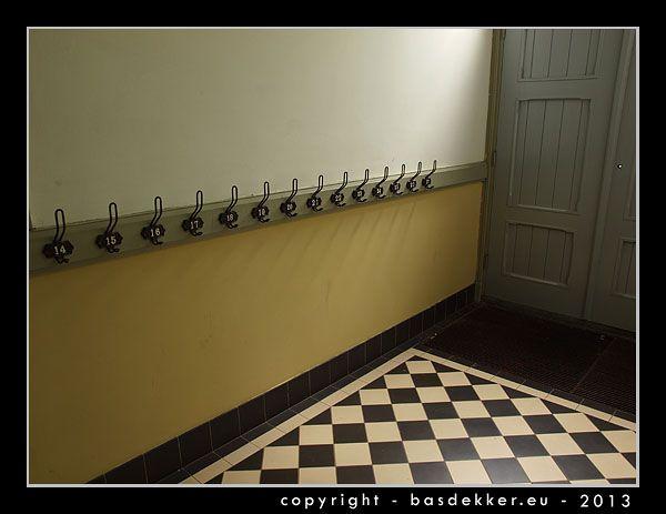 gang in oude school met genummerde kapstokhaken, Veenpark, Barger-Compascuum