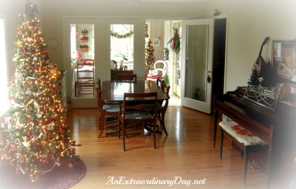 AnExtraordinaryDay.net - Merry Christmas House Interior!!! Bebe'!!! Love this traditional Christmas Tree!!!