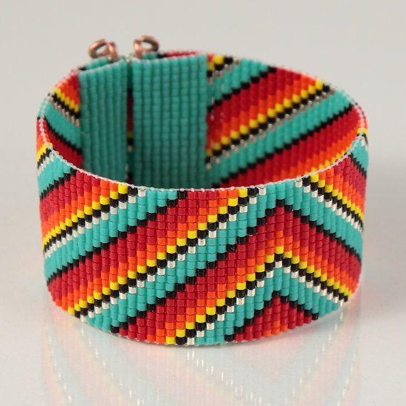Ce bracelet mexicain Rainbow Serape perle Loom a été inspiré par les modèles de textiles mexicains belle que je vois autour de moi ici à Albuquerque, Nouveau-Mexique. Comme pour toutes mes pièces, je lai ai créé sur un métier à tisser perles avec grand soin et souci du détail.  Remarque importante : Ce bracelet mesure environ 7 de long. Veuillez mesurer votre poignet soigneusement avant le placement de lordre, afin dassurer un bon ajustement. Si 7 nest pas la bonne taille pour vous, sil vous…
