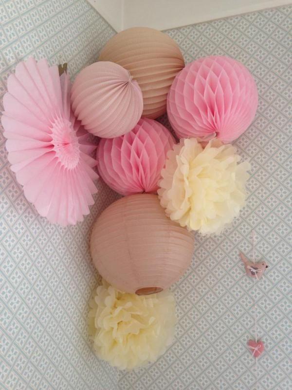 Pompons, rosace, boule japonnaises, chinoises ou alvéolées... Deux sites de référence : http://www.instemporel.com/ http://www.skylantern.fr/