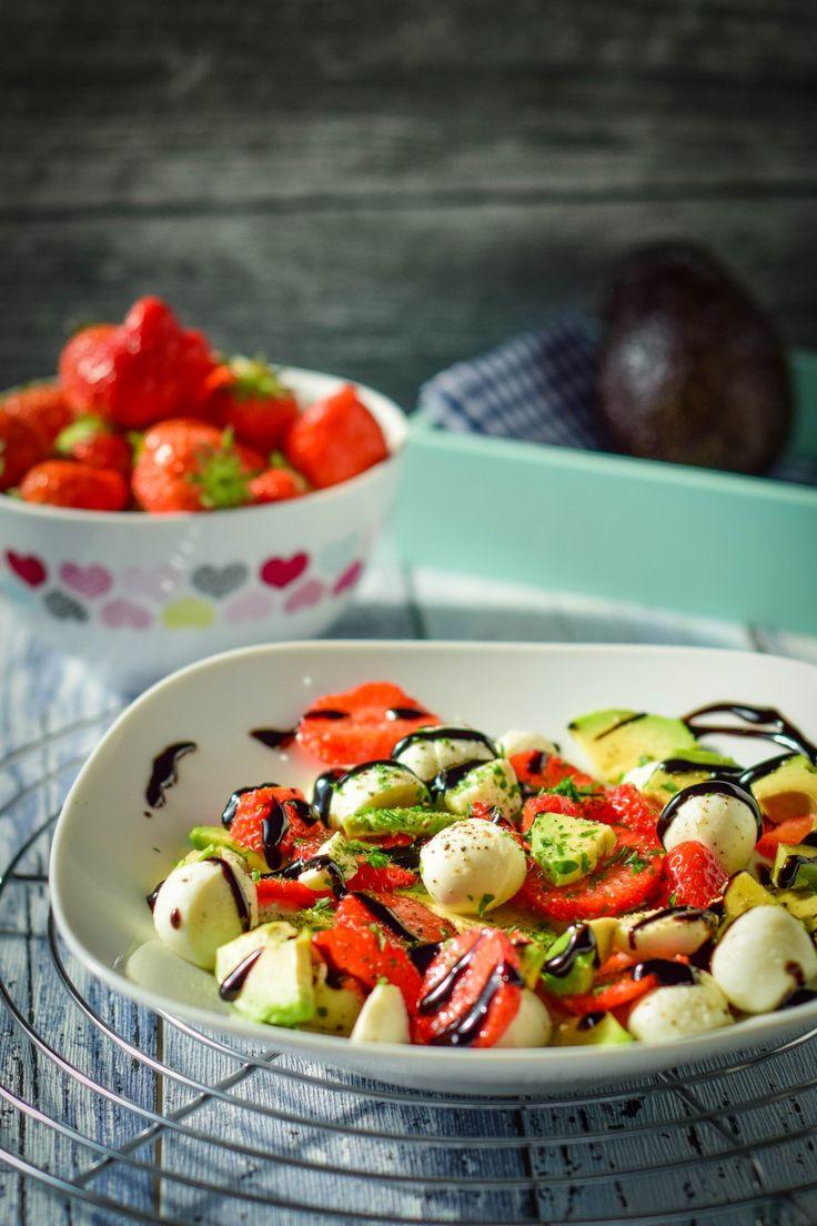 Schneller Erdbeer Avocado Salat mit Balsamico Creme
