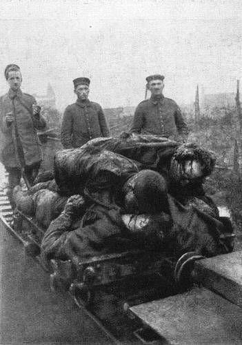 Gefallene werden von den Deutschen während der Frühjahrsschlacht bei Arras (1917) abtransportiert