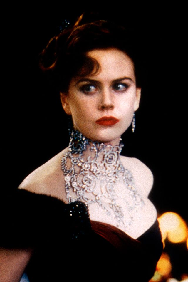 『ムーラン・ルージュ』(2001) 総計134カラット!圧巻のダイヤモンドネックレスをご覧あれ。 「Diamonds are a girl's best friend(ダイヤモンドは女の子のベストフレンド)」と歌うニコール・キッドマン扮するサティーンですが、そんな彼女の気を引きたいが為に公爵が贈ったこちらのネックレス。