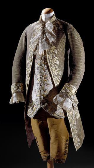 Fato masculino de três peças, casaco, colete e calças. Também bastante adornados.