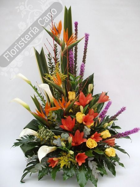Centro de flores con calas, liatris, lilium, rosas