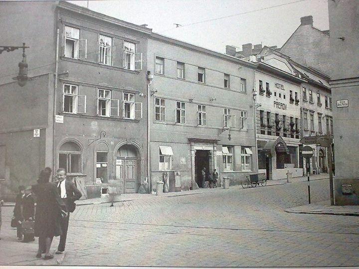 Pekařská ulice ve 30. letech 20. století - chybí obludná Koruna