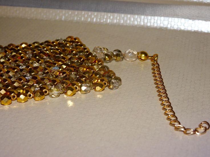 Chiusura bracciale in oro elegante woman in gold