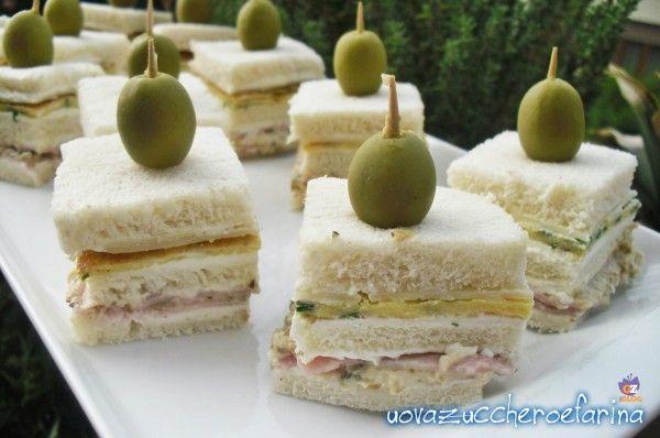 Questi tramezzini finger food sono semplici da preparare e veramente sfiziosi, l'ideale per una cena sfiziosa o per un variegato buffet.