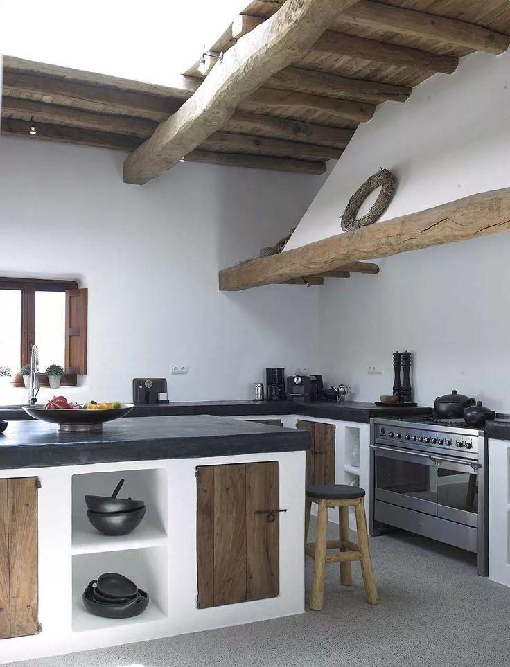 Bellissima cucina rustica con isola centrale - colori bianco, nero e legno - pavimenti e top in cemento e soffitto con travi in legno