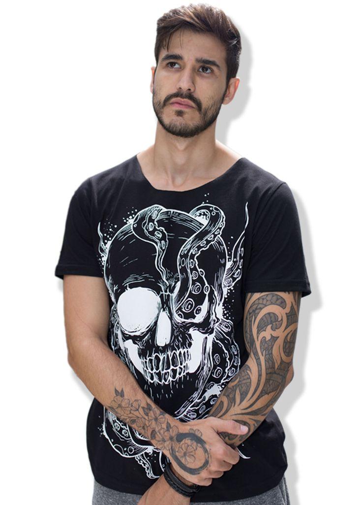 Camiseta Caveira QQY.  Uma das principais peças da nova coleção da inverno da QQY, a Is.Cool Collection, com uma caveira entrelaçada com o nosso polvo. Peça exclusiva para homens com estilo e bom gosto.