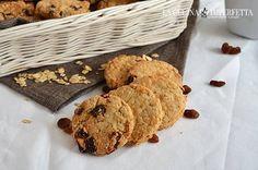 I biscotti con fiocchi d'avena e uvetta sono sani, ricchi e gustosi e sono ideali per iniziare con sprint la giornata. L'impasto è molto rustico per via dei fiocchi d'avena.
